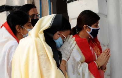 Kolkata: People wear mask and offer prayers to Goddess Annapurna during the 21-day nationwide lockdown imposed as a precautionary measure to contain the spread of coronavirus, in Kolkata on Apr 1, 2020. (Photo: IANS)