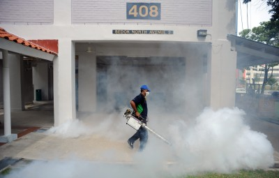 (160901) -- SINGAPORE, Sept. 1, 2016 (Xinhua) -- A worker sprays insecticide at a residential area in Singapore, Sept. 1, 2016. Singapore reported the first case of pregnant woman with Zika virus infection, among 24 newly reported cases of locally transmitted Zika virus, the country's Health Ministry said on Wednesday. (Xinhua/Then Chih Wey) (axy)